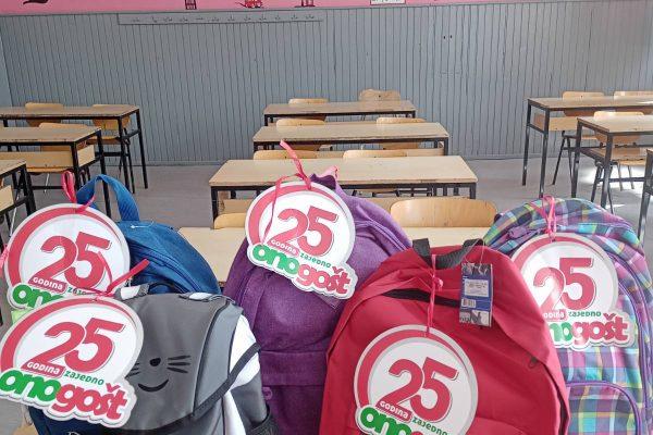 Пријатељи и партнери школе поклонили ученицима уџбенике и школски прибор